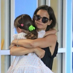 Did Suri Cruise Flip Off The Paparazzi?